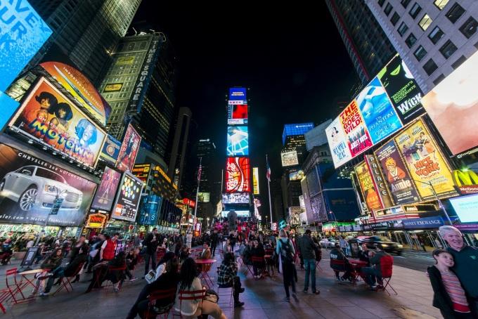 Thành phố New York có dân số cao nhất trong bất kỳ thành phố nào ở Mỹ, năm 2018 có dân số 8,4 triệu người. Thành phố này là thủ đô tài chính, văn hóa và truyền thông của thế giới. New York gần như là cái tên hiện lên đầu tiên mỗi khi người ta nhắc đến cụm thành phố không bao giờ ngủ vì nhiều cơ sở trong thành phố hoạt động suốt đêm. Cụ thể, hệ thống tàu điện ngầm ở New York không bao giờ đóng cửa, có rất nhiều nhà hàng và xe buýt vẫn mở cửa suốt đêm cho đến bình minh. Phà đảo Staten hoạt động cả ngày lẫn đêm trong cả tuần và có những chiếc thuyền rời bến sau mỗi 15-20 phút. Mặc dù cuộc sống sôi động về đêm dễ bắt gặp khắp nơi nhưng nổi bật nhất vẫn là Quảng trường Thời đại. Ảnh: Wikipedia/chensiyuan.