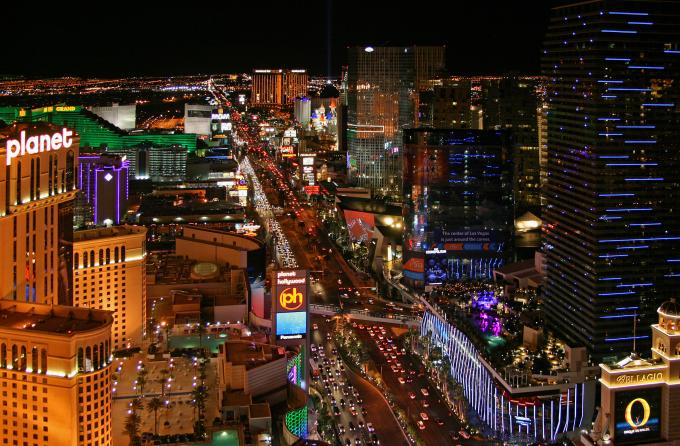 Thành phố Las Vegas là thành phố đông dân thứ 28 ở Mỹ và đông dân nhất ở bang Nevada. Nơi đây là trung tâm thương mại, tài chính và văn hóa hàng đầu của Nevada. Las Vegas là một thành phố không bao giờ ngủ khác của Mỹ và được biết đến trên toàn cầu như một thành phố nghỉ mát lớn nổi tiếng về cờ bạc. Cuộc sống về đêm ở Las Vegas sôi động với những cửa hàng ăn uống và mua sắm cao cấp. Thành phố nổi tiếng toàn cầu là thủ đô giải trí của thế giới với các khách sạn sòng bạc lớn sáng đền ngày đêm. Ảnh: Wikipedia/Clément Bardot.