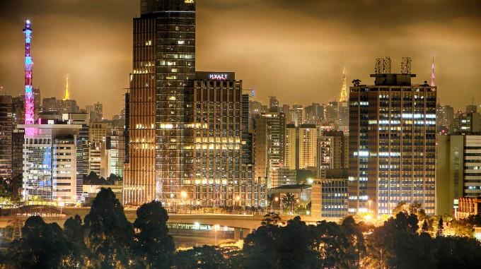 Sao Paulo là một thành phố nổi tiếng của Brazil, là thủ phủ của bang Sao Paulo, bang giàu có nhất đất nước. Thành phố này có ảnh hưởng lớn đến tài chính quốc tế, thương mại, giải trí và nghệ thuật. Sao Paulo không bao giờ ngủ, và thường nổi danh là thành phố khiêu vũ vì có nhạc sống khắp thành phố. Có rất nhiều nhà hát opera ở Sao Paulo như Theatro Sao Pedro, Nhà hát thành phố Sao Paulo và nhà hát Alpha, nơi tổ chức các buổi hòa nhạc giao hưởng. Ngoài ra còn có một số hội trường âm nhạc trên khắp thành phố bao gồm hội trường âm nhạc HSBC, Hội trường Citibank, Via Funchal, Olympia, Arena Anhembi, Espaco das Américas và Villa Country. Ảnh: Flickr/Diego Torres Silvestre.
