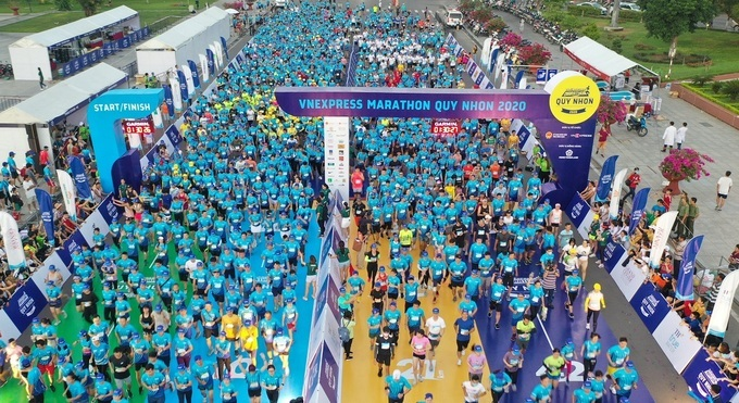 Runner chuẩn bị xuất phát tại giải VnExpress Quy Nhơn 2020. Ảnh: VnExpress Marathon