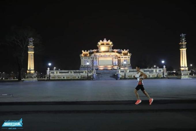 Một runner chạy cự ly 21km tại giải VnExpress Marathon Huế 2020. Ảnh: VnExpress Marathon